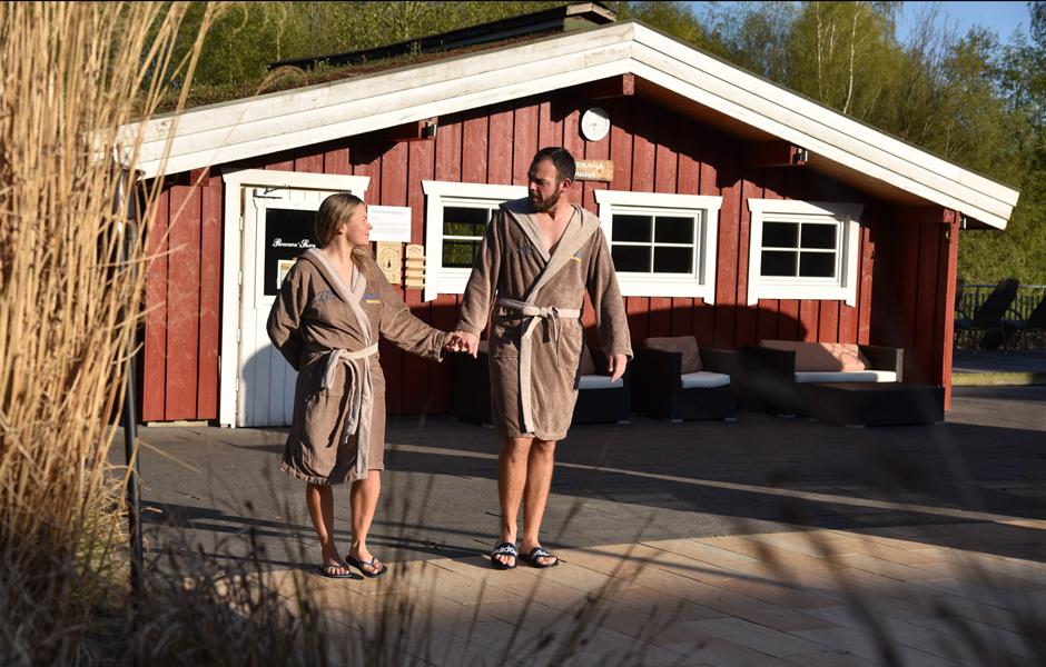 Impression SaunaWelt Paar draußen