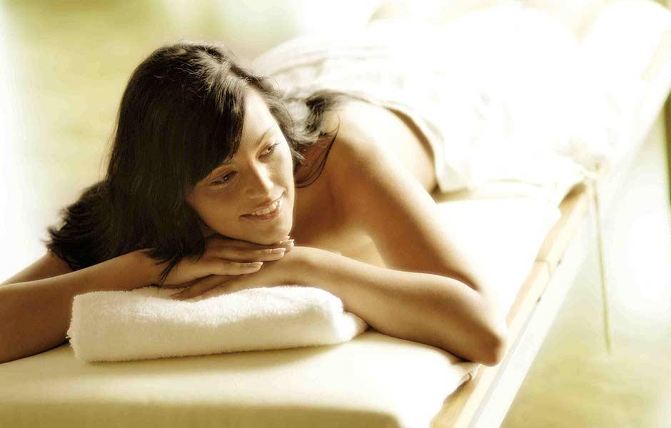 Impression Frau auf einer Massage-Liege