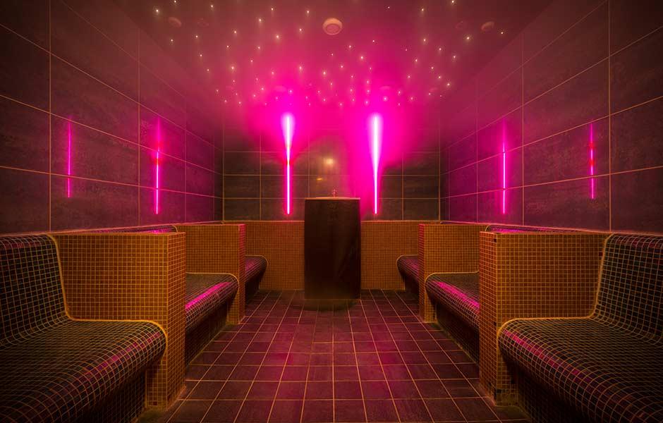 Impression SaunaWelt mit lila Licht