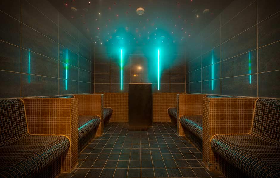 Impression SaunaWelt mit türkisen Licht